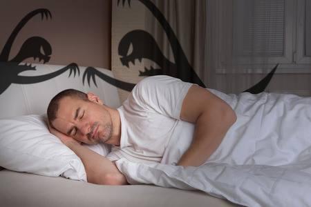 Te is azt hiszed, hogy egyedül alszol?